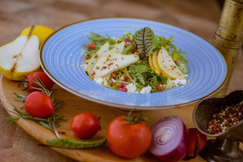 Salata exotica cu pere, nuci, feta si dressing Dijon cu miere