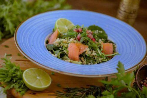 Salata cu somon fumee, quinoa, wakame si dressing de limeta